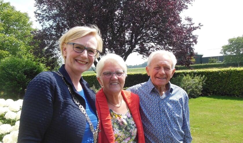 Henny en Gerrit Harenberg kregen 17 juli bezoek van burgemeester Marianne Besselink. Zij feliciteerde het stel met hun diamanten bruiloft. Foto: Eric Klop