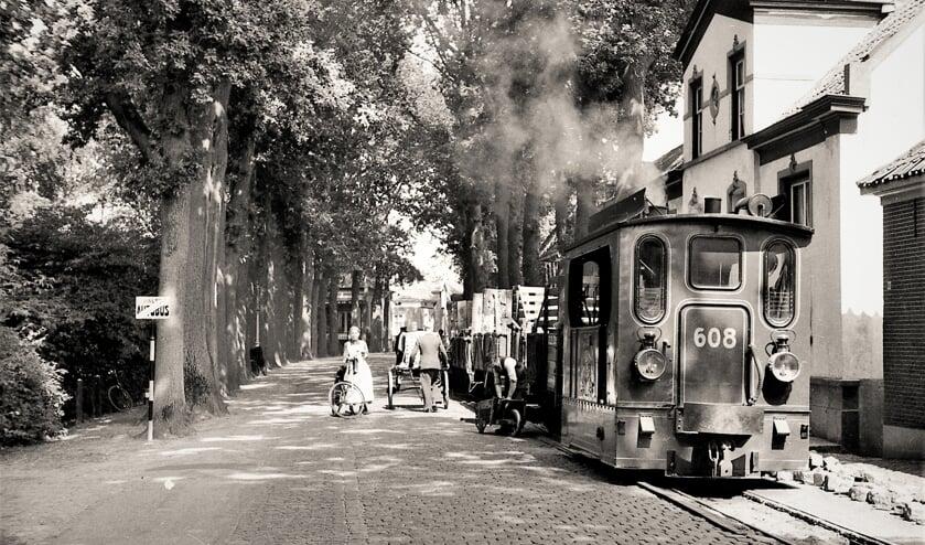 Foto gemaakt aan de Rijksstraatweg in Warnsveld in 1939 door J.B. Thate toen daar de tramrails verwijderd werden. Foto: Erfgoedcentrum Zutphen