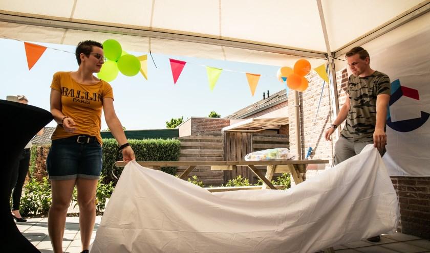 De bewoners van de Gieterij hebben hun woonvoorziening zelf geopend door de picknickbank te onthullen. Foto: PR