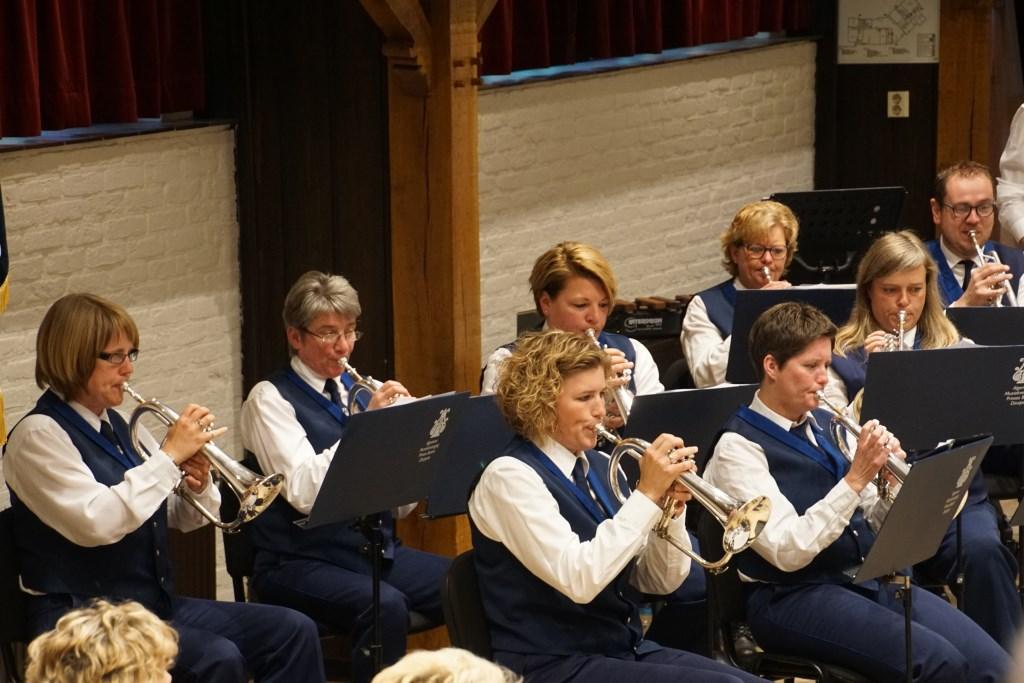 Het orkest van fanfare Prinses Beatrix in actie tijdens het zomerconcert. Foto: Frank Vinkenvleugel  © Achterhoek Nieuws b.v.