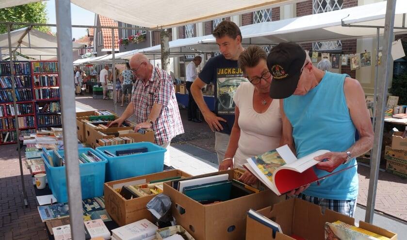 De boekenmarkt in Borculo trekt altijd veel bezoekers. Foto: PR
