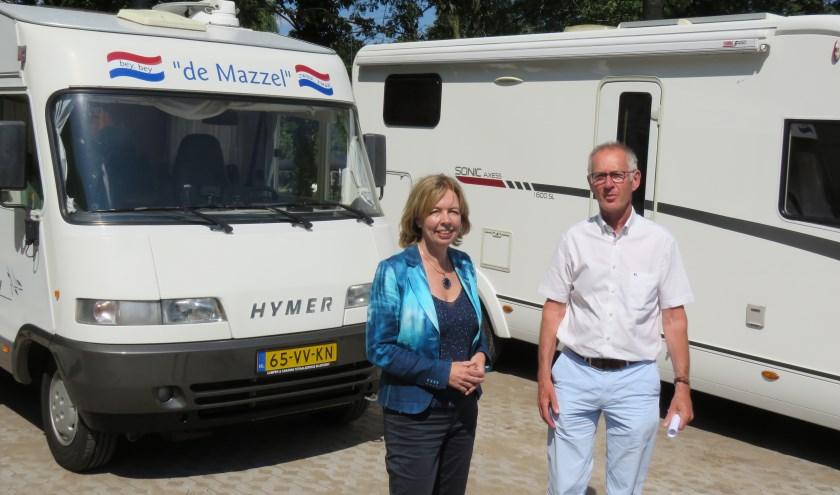 Wethouder Ingrid Lambregts en Ruud Gardenbroek (namens NKC) hebben de camperplekken geopend. Foto: Bert Vinkenborg