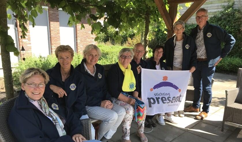 Vrijwilligers van de Lionsclub Bronckhorst bij De Lindenhof. Foto: Present Bronckhorst