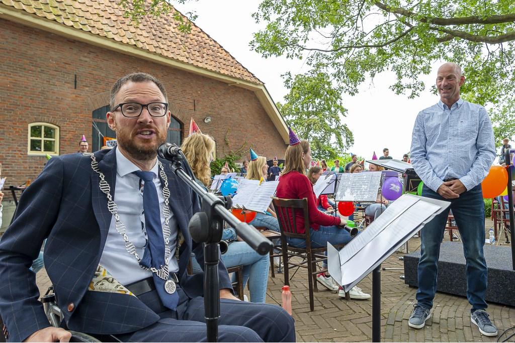 Burgemeester Otwin van Dijk tijdens zijn toespraak over de verdiensten van Gerjo Seesink. Foto: Henk van Raaij Foto: Henk van Raaij © Achterhoek Nieuws b.v.