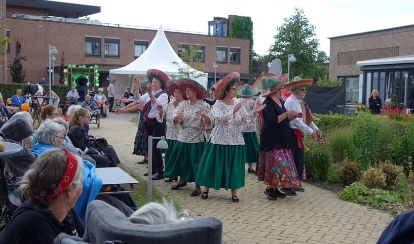 De volksdansgroep in actie op de Pronsweide. Foto: Sis Huiskamp