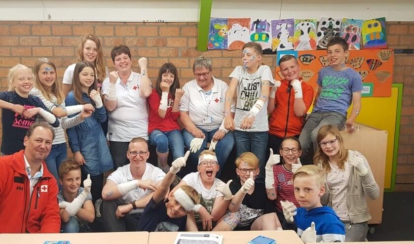 De leerlingen met hun instructeurs. Foto: PR