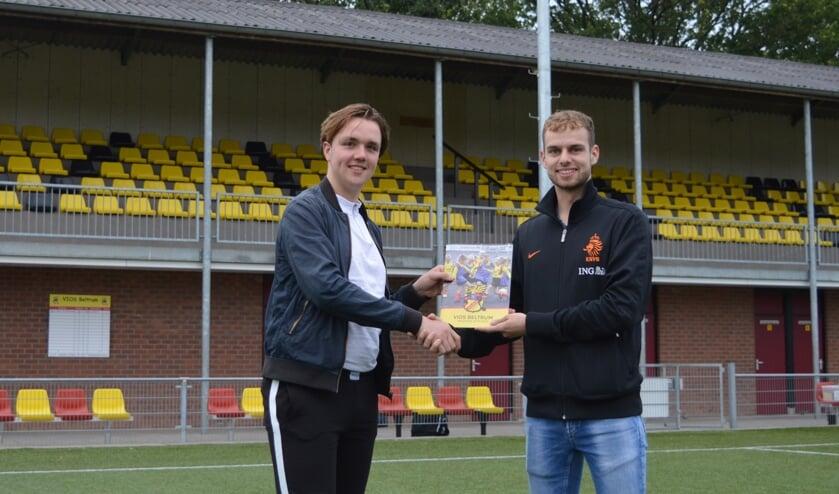 foto Daan te Brake (links) overhandigt Daan te Brake het eerste exemplaar aan Flin Schutten. Foto: Marco Heutinck