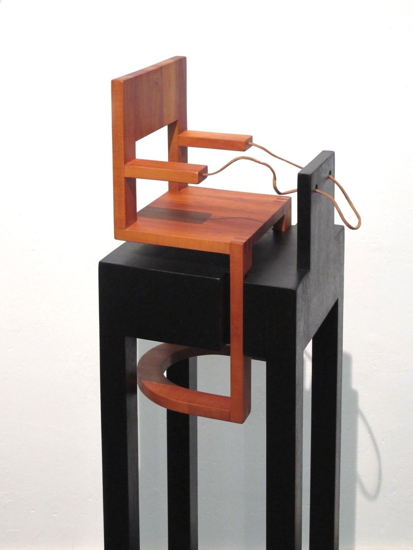 Bert Aalbers is meubelmaker en maakte deze tafelruiter. Foto: PR  © Achterhoek Nieuws b.v.