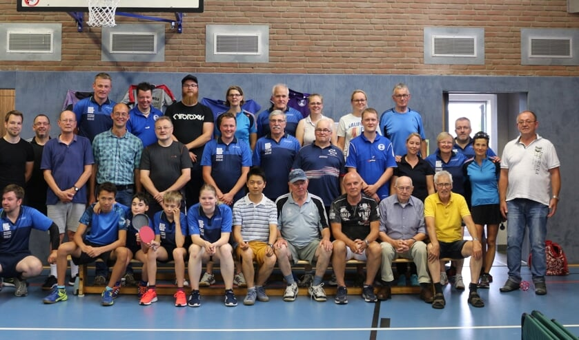 De toernpoideelnemers met enkele spelers uit de vijftigjarige geschiedenis van de club / Die Turnier-Teilnehmer zu sehen mit einigen weiteren ehemaligen Spielern der 50-jährigen Vereinsgeschichte. Foto: PR