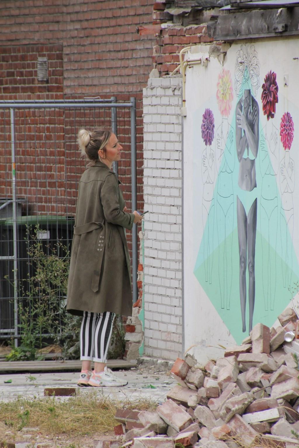 Natasja Scharenborg werpt nog even een laatste blik op haar kunstwerk. Foto: Annekée Cuppers  © Achterhoek Nieuws b.v.