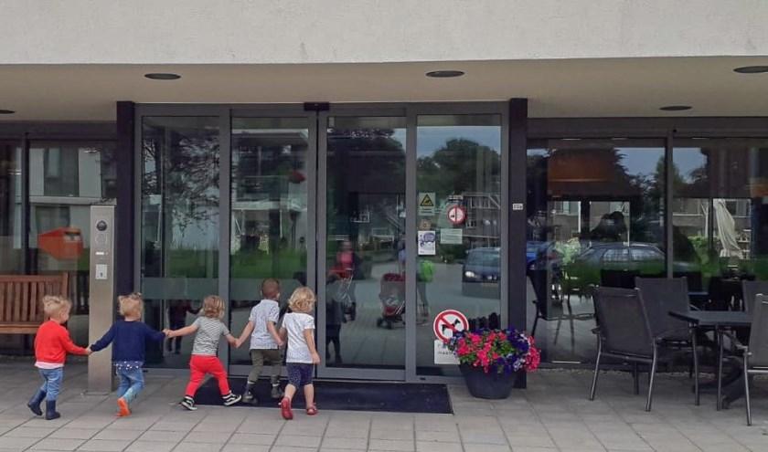 De kinderen van Juut & Co gaan op bezoek bij ouderen van De Bleijke. Foto: PR