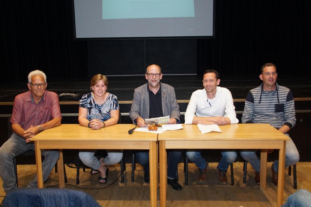 Bestuursleden Theo Aaldering, Eline Masso, Henk Rijks, Tom Woeltjes en Roy van Dijk. Foto: Frank Vinkenvleugel  © Achterhoek Nieuws b.v.