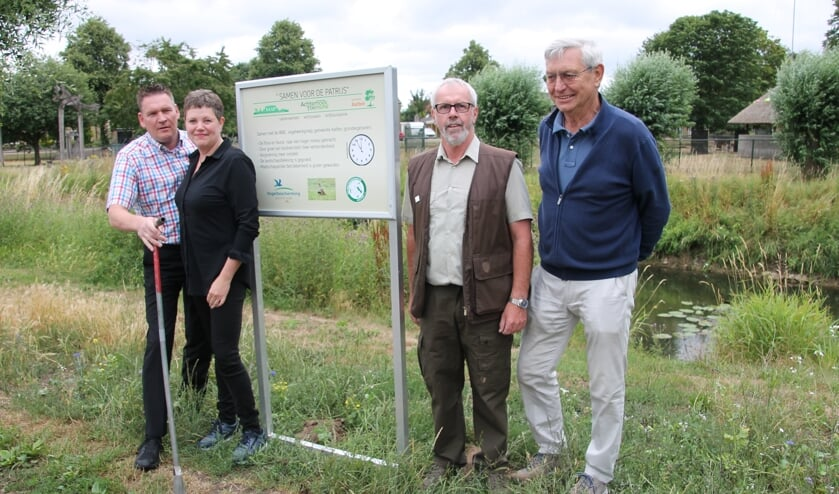 Albert en Helga Stoverink links naast het bord, samen met Herman Simmelink en Frans ter Bogt (rechts). Foto: Lydia ter Welle