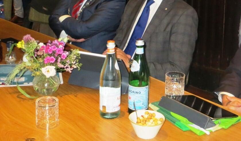 Burgemeester Bengevoord en de commissaris volgen aandachtig de presentaties. Foto: Bernhard Harfsterkamp