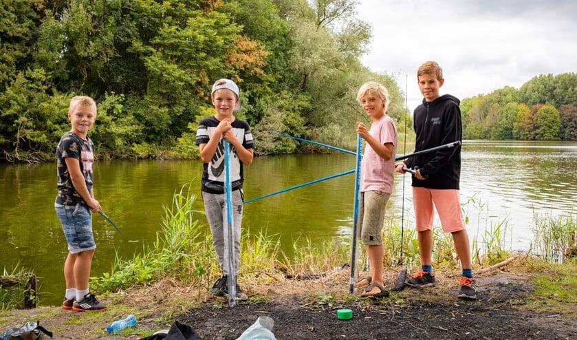 Kinderen kunnen ook zélf vissen tijdens de ZomerVISkaravaan. Foto: Frank van der Burg)