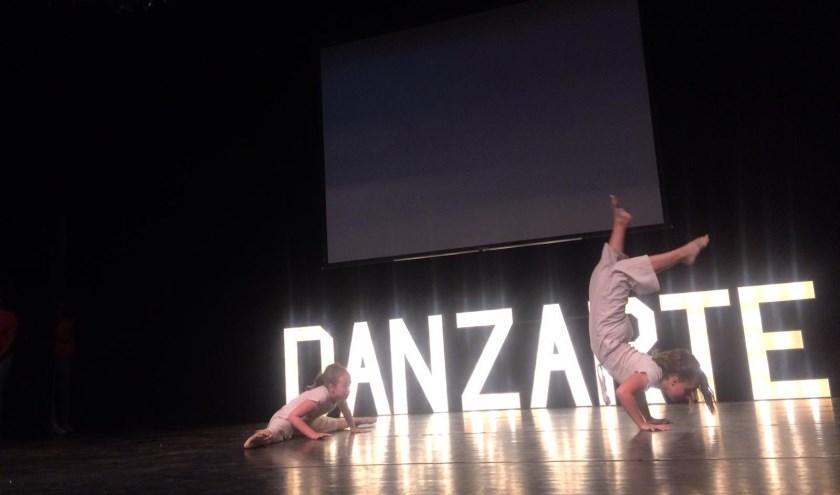 Twee jonge dansers op het podium. Foto: Eva Schipper