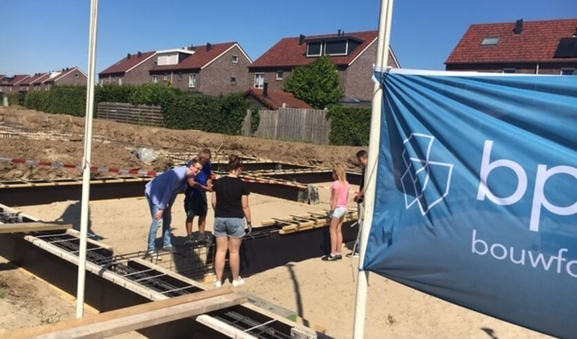 Met het sluiten van de bekisting van de fundering van 2 woningen werd de start van de bouw gevierd. Foto: PR