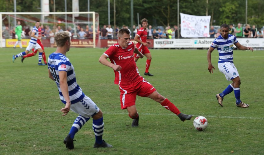 Speler van het jaar, Niek te Veluwe in actie tegen De Graafschap. Foto: Cor Hinkamp