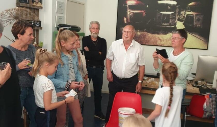 Janne maakt de naam van de winnaar bekend. Foto: PR