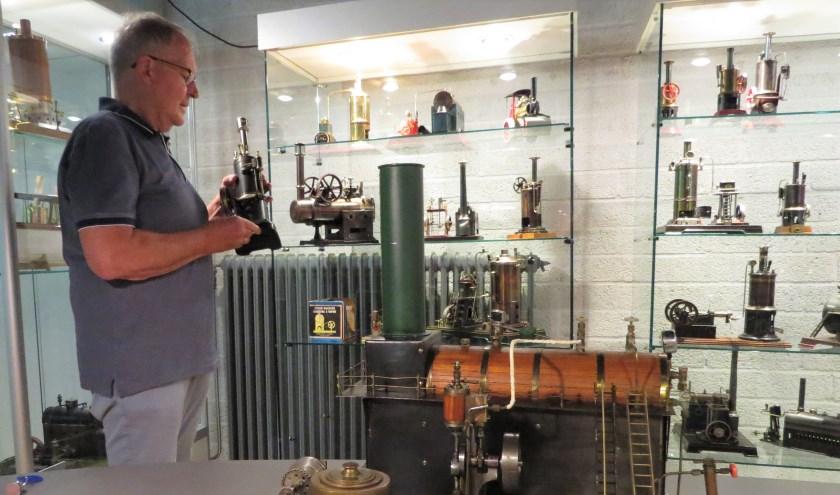 Dick Chargois is trots op de puike stoommachientjes in het Openbaar Vervoer & Speelgoed Museum in Doetinchem. Foto: Josée Gruwel