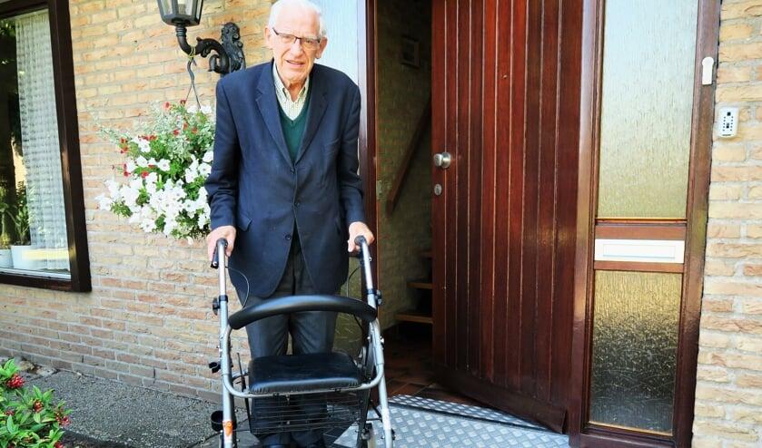 Emeritus pastoor Hendrik Scholten voor zijn woning in Beltrum. Foto: Theo Huijskes