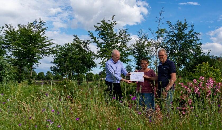 De eerste prijs in de tuinverkiezing wordt uitgereikt door Groei&Bloei-voorzitter Frans Beijerling, Rechts het echtpaar Duitshof. Foto: Ronald Duitshof