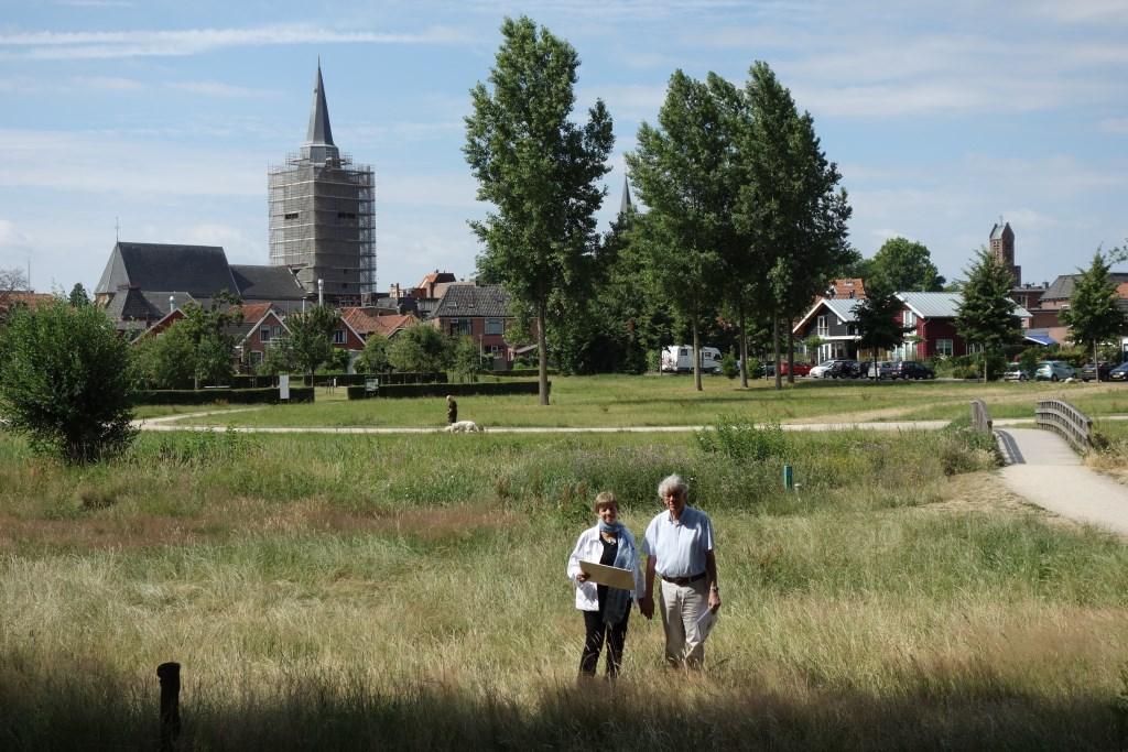 Jan en Astrid bij het beekdal bij de Scholtenbrug, waar het allemaal begon. Foto:Clemens Bielen  © Achterhoek Nieuws b.v.