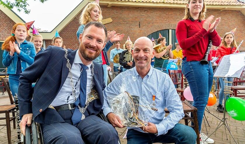 Gerjo Seesink met burgemeester Otwin van Dijk. Foto: Henk van Raaij