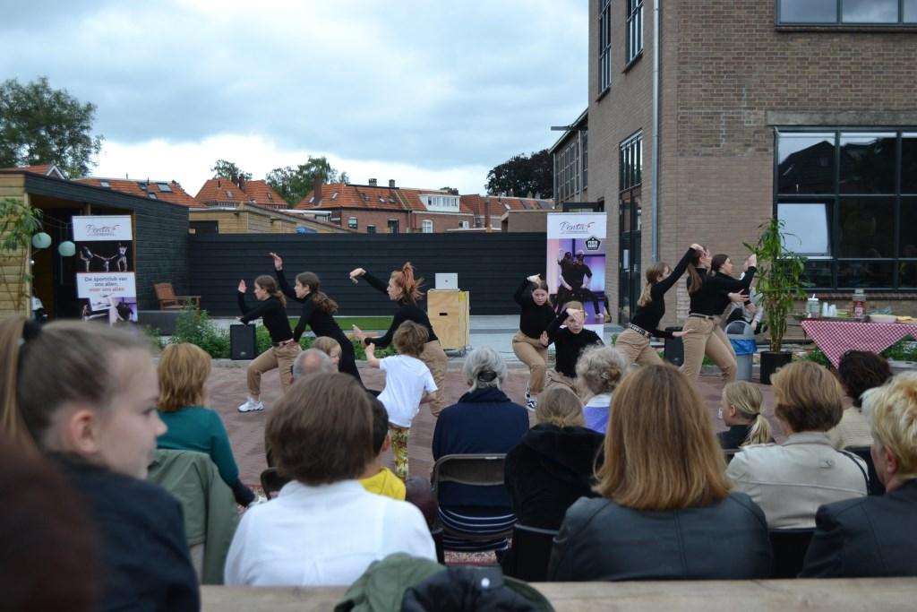 Bij de Tricot fabriek gaf Penta Dance Department een wervelende dansshow. Foto:Leander Grooten  © Achterhoek Nieuws b.v.