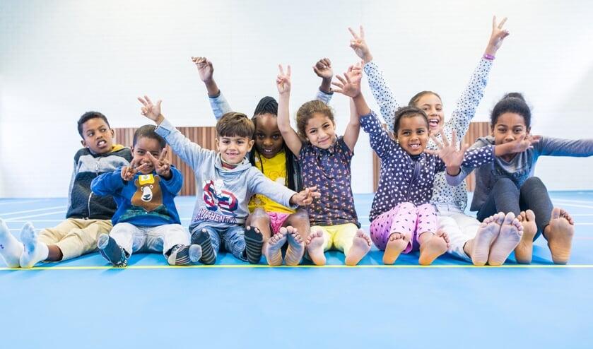 Kinderen willen sporten in sporthal AZC Zutphen. Foto: Pim Helmich