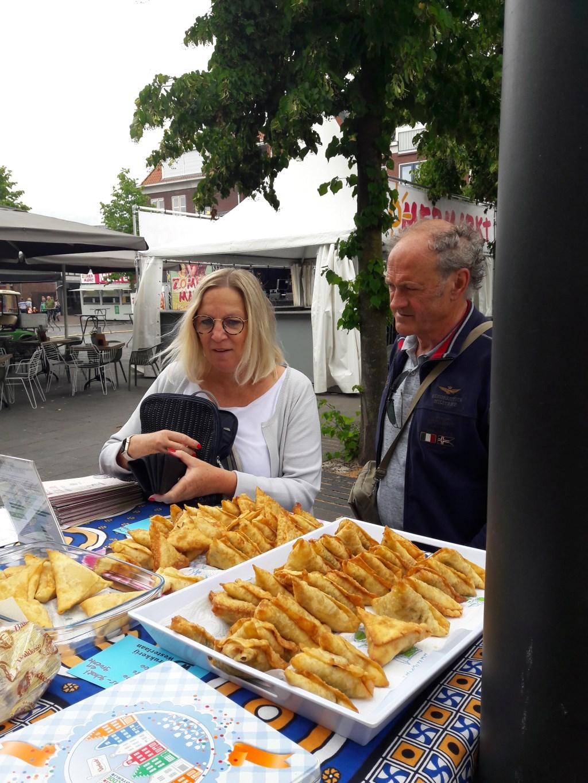 De zelfbereide etenswaren vinden gretig aftrek. Foto: eigen foto  © Achterhoek Nieuws b.v.