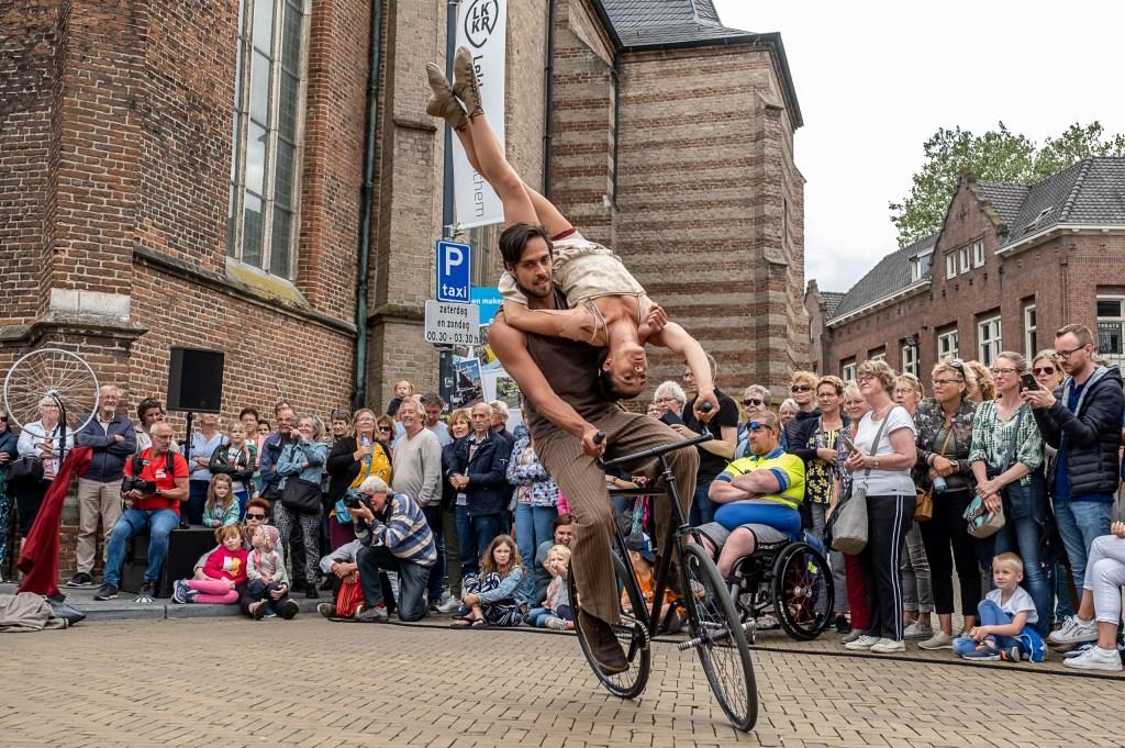 Fietsacrobatiek. Foto: Burry van den Brink  © Achterhoek Nieuws b.v.