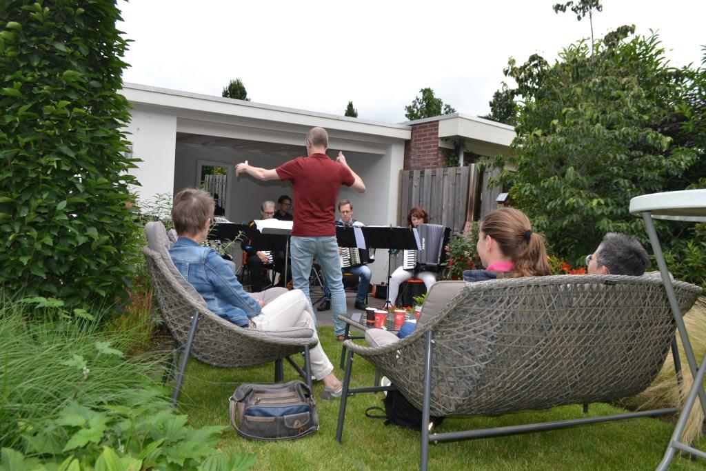 In de Javastraat genoten bezoekers van het brede repertoire van het 'zomerclubje' van de Winterswijkse Accordeonvereniging. Foto: Leander Grooten  © Achterhoek Nieuws b.v.