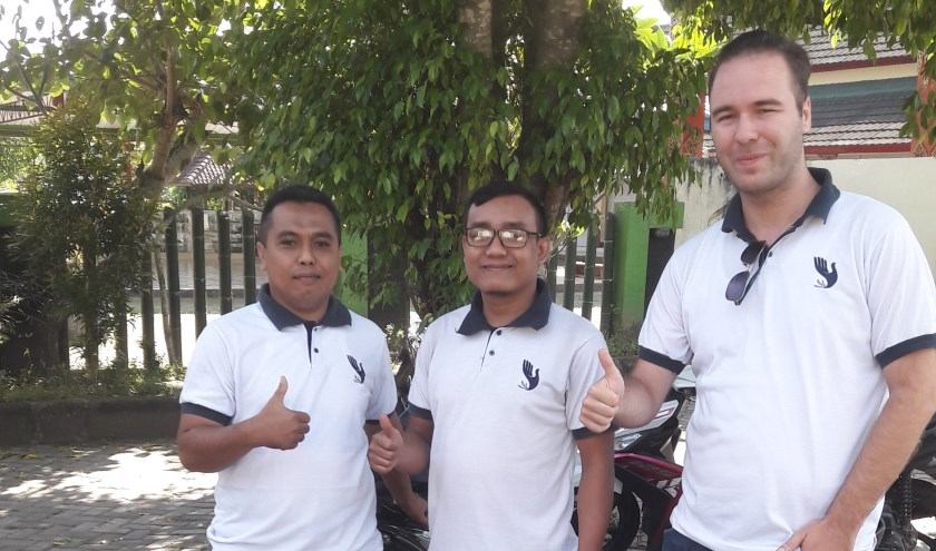 Nick (rechts) met twee medewerkers van HBLI bedanken voor de steun vanuit Nederland. Foto: Jan Ebbers