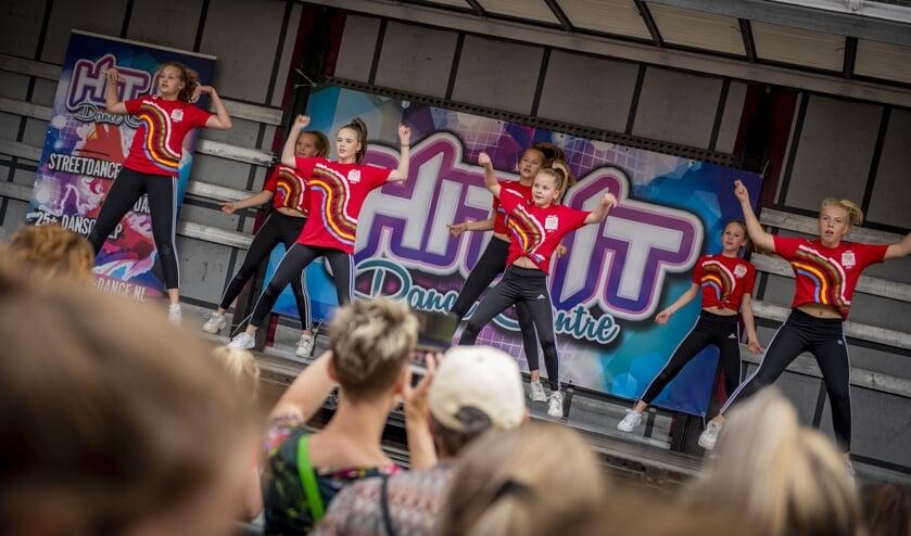 Het team van Olympic Moves geeft een energieke show ten beste. Foto: Koolmees Photography
