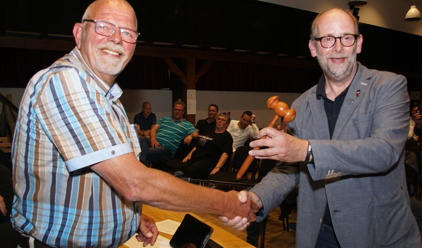 Ed Naves overhandigt de voorzittershamer aan Henk Rijks. Foto: Frank Vinkenvleugel