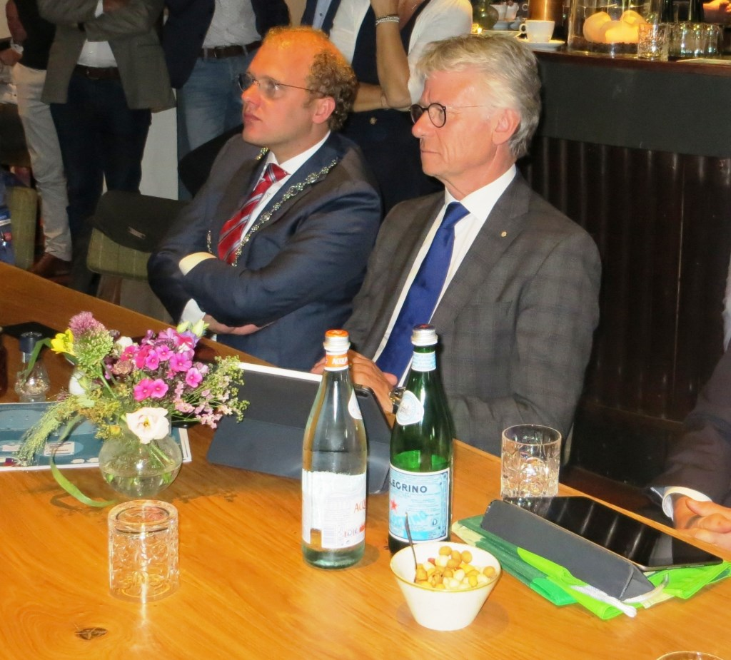 Burgemeester Bengevoord en de commissaris volgen aandachtig de presentaties. Foto: Bernhard Harfsterkamp  © Achterhoek Nieuws b.v.