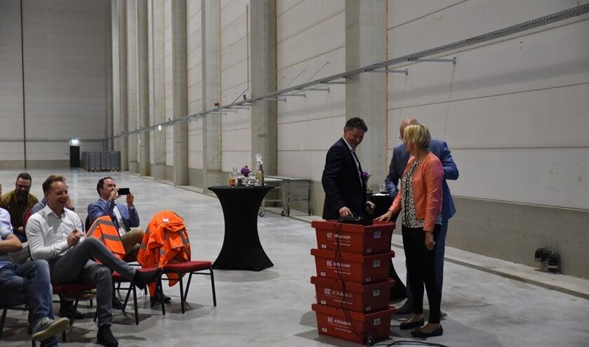 Wethouder Janine Kock verrichtte samen met directielid Hans Scholten de officiële handeling voor de ingebruikname van het zonnedak. Foto: PR