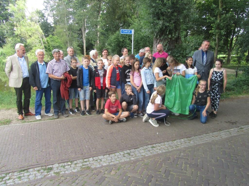 Alle betrokkenen bij de naamgeving samen met leerlingen van ;t Bastion. Foto: Bernhard Harfsterkamp  © Achterhoek Nieuws b.v.