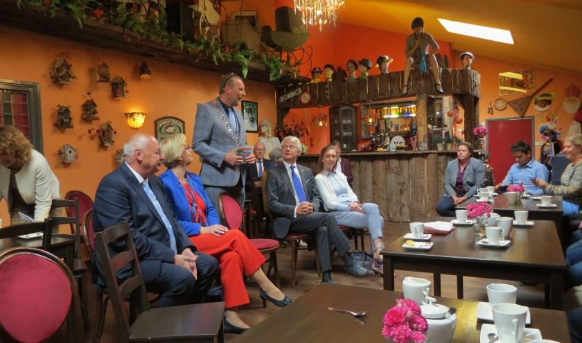 Burgemeester Stapelkamp heet de commissaris van de koning welkom. Foto: Bernhard Harsfterkamp