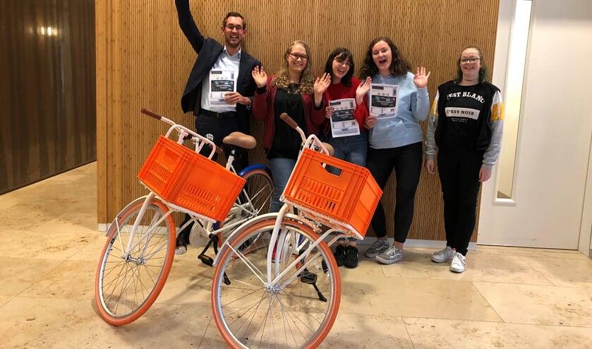 De prijswinnaars zijn blij met hun kaart of fiets. Foto: PR