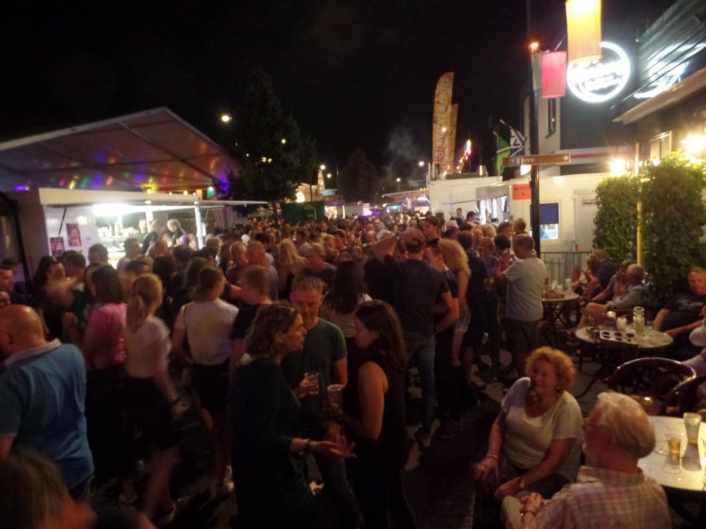 De doorstroming van het publiek verliep rond de feesttent op sommige momenten in de avonduren door de massale belangstelling moeizaam. Foto: Jan Hendriksen  © Achterhoek Nieuws b.v.