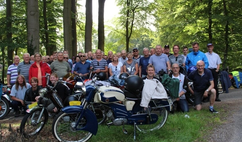 Toerclub Oldtimer Bromfietsen bijeen tijdens zomerrit. Foto: P:R