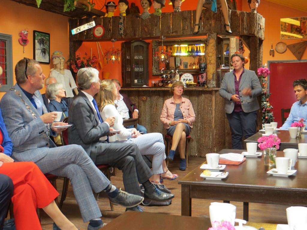 Suxanne Ruesink vertelt de commissaris over wat op het platteland leeft. Foto: Bernhard Harfsterkamp Foto:  © Achterhoek Nieuws b.v.