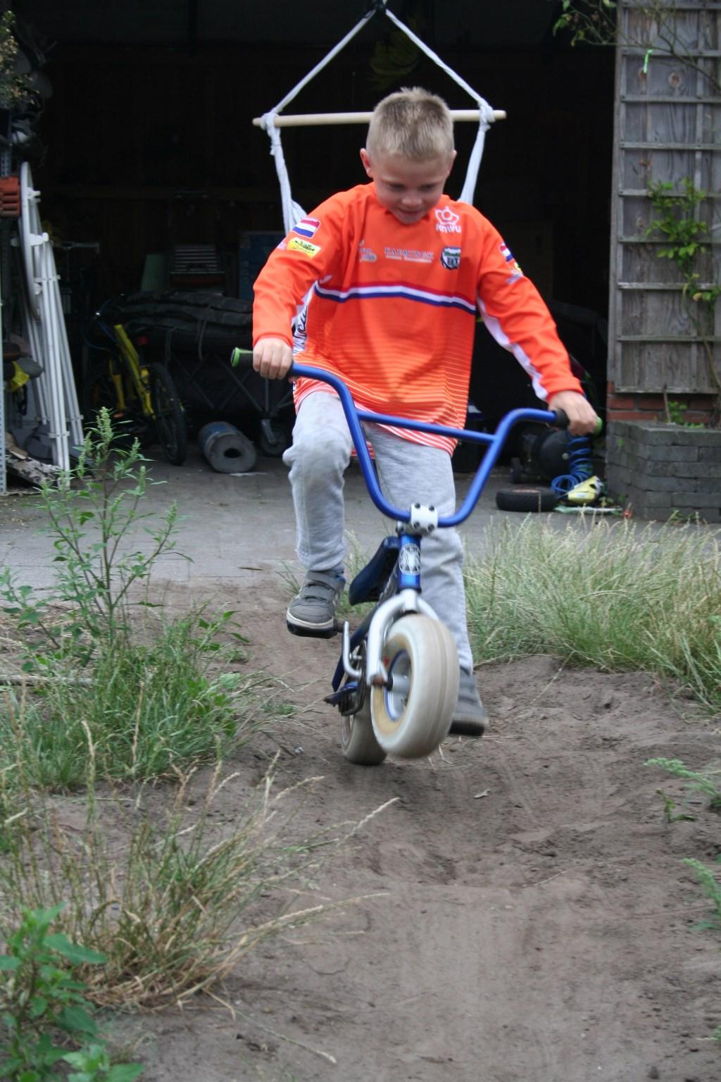 Stijn maakt een wheelie. Foto: Verona Westera Foto:  © Achterhoek Nieuws b.v.