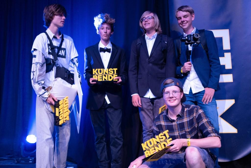 Ains (tweede van links) kreeg de tweede prijs in de categorie Film. Foto:Ferdows Faghir  © Achterhoek Nieuws b.v.