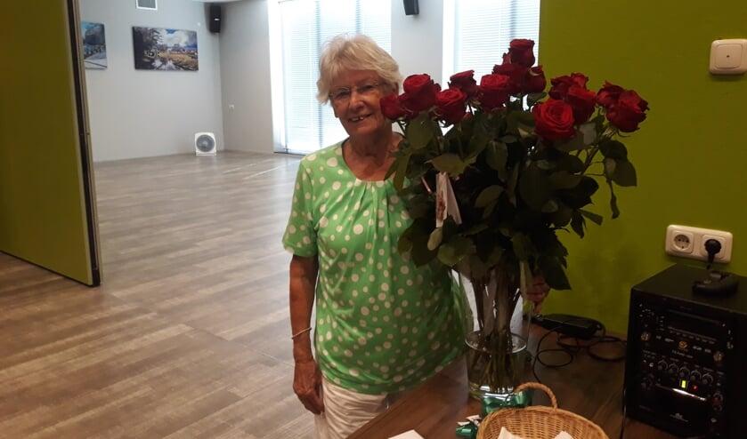 Rikie samen met haar bloemen. Foto: PR