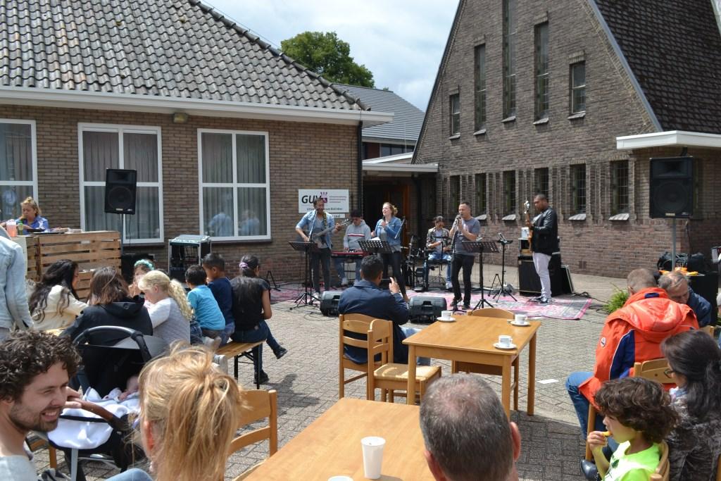 Op de parkeerplaats van hun eigen kerkgebouw speelt het Worshipteam van LIFE. Foto: Leander Grooten  © Achterhoek Nieuws b.v.