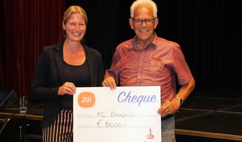 Tamara Elburg en Theo Aaldering met de cheque. Foto: Frank Vinkenvleugel