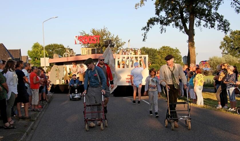 Op en rond de winnende wagen van Proost: 'Proost verjongt Toldiek' was veel te zien en beleven. Foto: Achterhoekfoto.nl/Liesbeth Spaansen